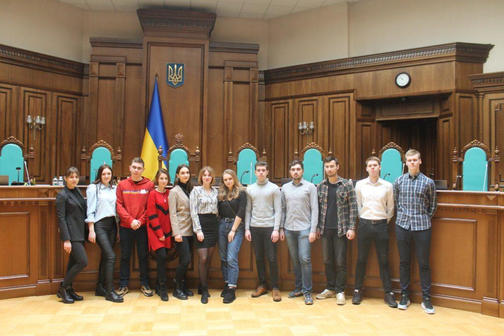 (Українська) Студенти Факультету міжнародних відносин  НАУ відвідали Конституційний Суд України