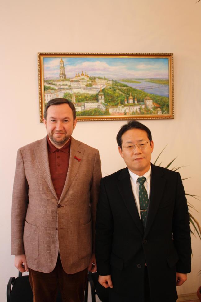 Відбулася робоча зустріч декана факультету міжнародних відносин НАУ професора Юрія Волошина з директором Корейського освітнього центру Ю Санг-Бомом (You Sangbeom)